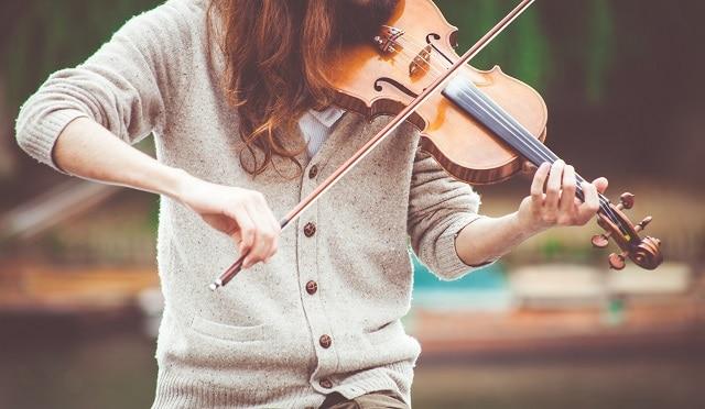 برای نواختن یک ساز به طور مناسب، لازم است تمرکز خود را در شروع کار، فقط بر روی یک ساز بگذارید.