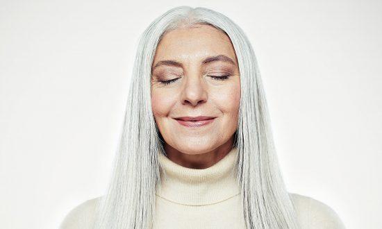 موهای خاکستری و سفید هم میتوانند زیبا باشند اگر این نکات را رعایت کنید