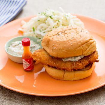 ساندویچ ماهی سوخاری به سبک رستوران با سالاد کلم و سس تارتار