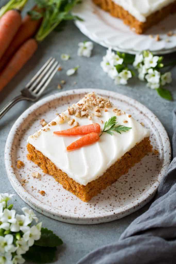 کیک هویج تختهای با تزئین پنیر خامهای و هویج واقعی (شیت کیک هویج)