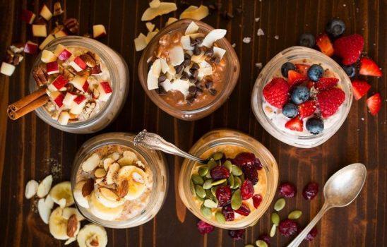 طرز تهیه اوتمیل اورنایت در شیشه؛ صبحانه پر فیبر و مغذی با چندین دستورالعمل مختلف