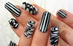 سادهترین و زیباترین مدلهای لاک ناخن سیاه و سفید برای آرایش ناخنهای شما
