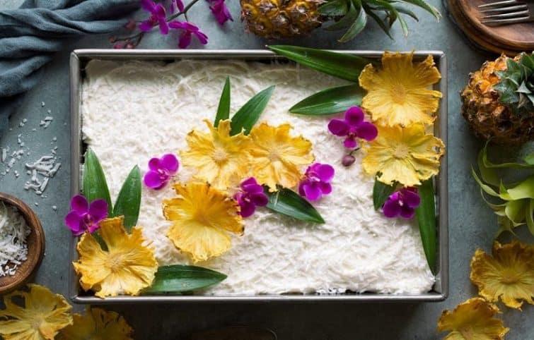 کیک آناناس با تزئین خامه و نارگیل به همراه آموزش خشک کردن آناناس