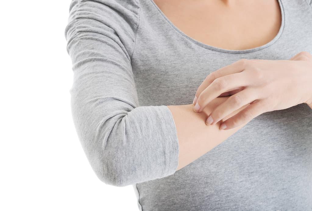 سوزش خفیف در محلی که دارو استفاده شده و همچنین خارش و جوش، از عوارض جانبی شایع در اثر مصرف کرم املا می باشد.