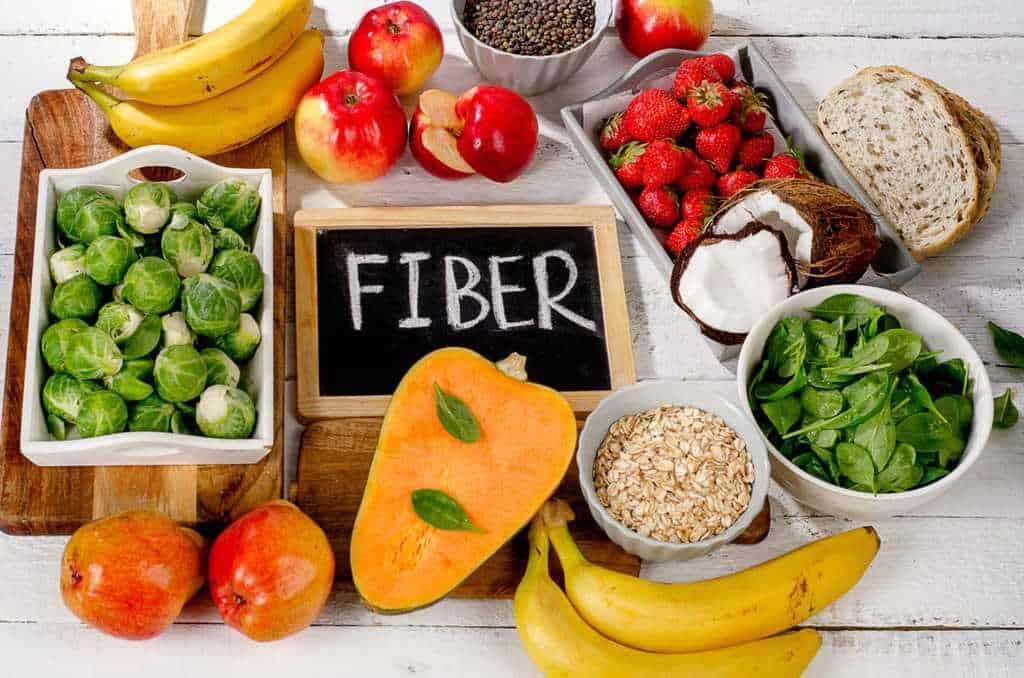 مصرف مکملهای فیبردار و خوردن غذاهایی که فیبر زیادی دارند (مانند میوههای خام و سبزیجات) به درمان شقاق مقعد کمک میکند.
