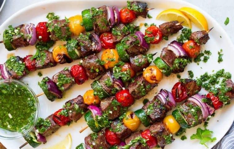 کباب استیک با سس چیمیچوری و سبزیجات رنگی