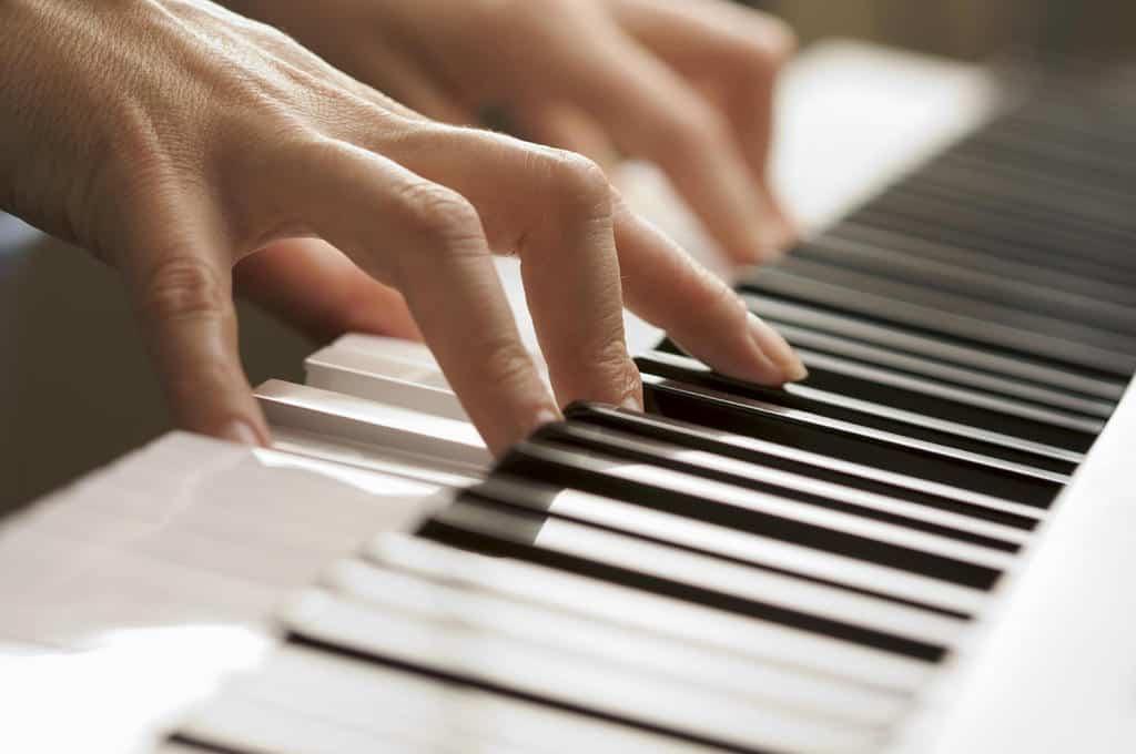 روش های زیادی برای پول درآوردن با نواختن موسیقی وجود دارد.