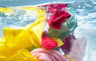 آب داغ بهتر است یا آب سرد؟ دمای مناسب آب برای شستشوی لباس چیست؟