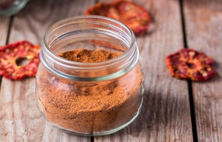 پودر گوجه خانگی به چندین روش در دستگاه خشک کن، فر و آفتاب