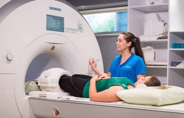 سی تی اسکن شکم (Abdominal CT)؛ آمادگی، مزیتها و عوارض