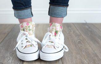 کفشهای کتانی ساده خود را با پارچههای رنگی، طرحدار و تزئین کنید