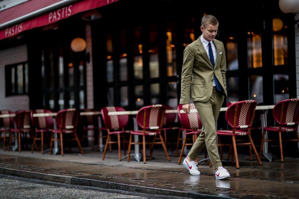 آیا میتوان کفش کتانی مردانه را با کت و شلوار پوشید؟