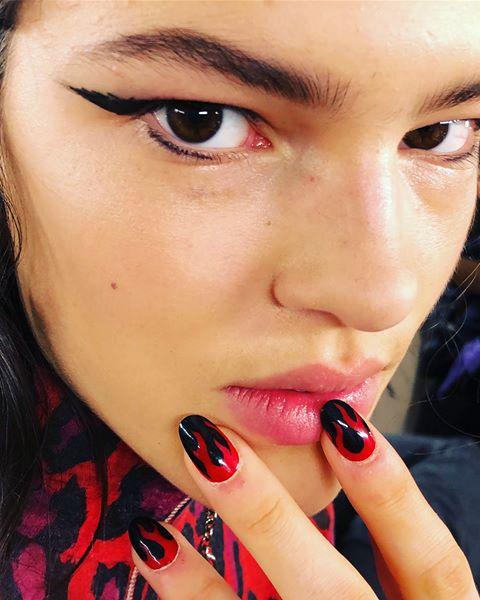 آرایش ناخنها با لاک قرمز و مشکی