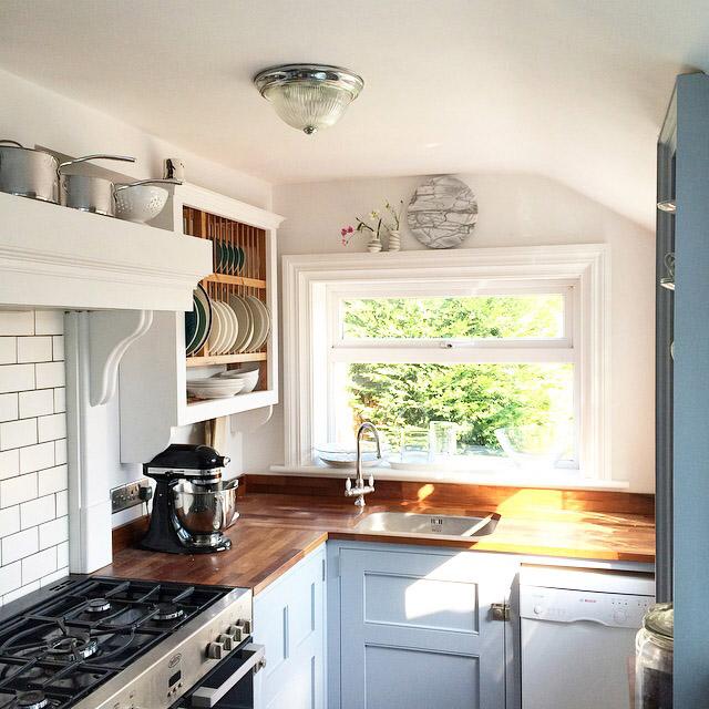 Beautiful Traditional Small Kitchen Design Featuring White: چندین ایده زیبا و شیک و جذاب برای دکوراسیون آشپزخانه شما