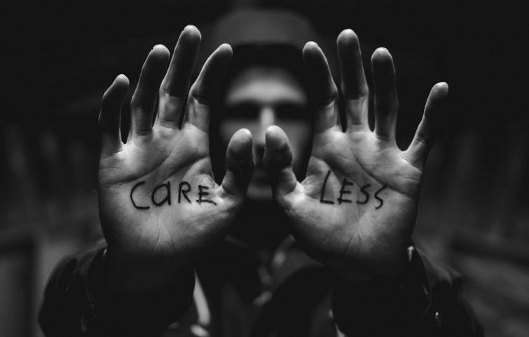 اهمیت دادن بیش از حد به نظرات دیگران را کنار بگذاریم