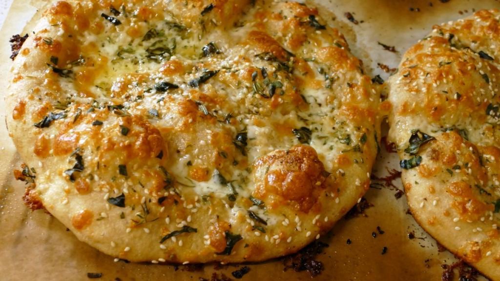 نان مسطح خمیرترش با پنیر پیتزا