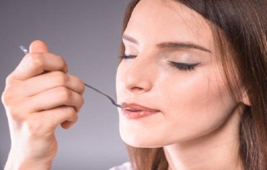 مزه فلز در دهان چه عللی دارد و چگونه درمان میشود؟