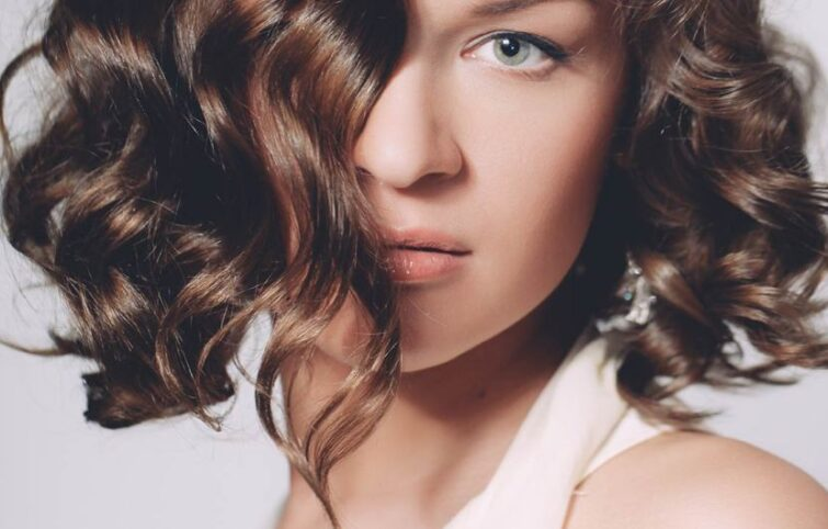 ۱۲ اشتباه آرایشی و مدل موی اشتباه که چهره را پیرتر نشان میدهد