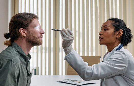 بیماری های چشم که با افزایش سن بدتر میشوند